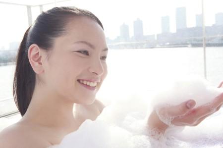 ぬるま湯で優しく洗う