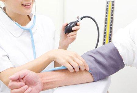 上腕にカフを巻く血圧計