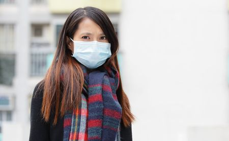 マスクで対策する女性