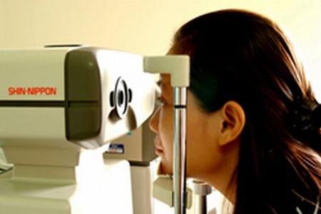 現在の主流は非接触型の眼圧検査です。